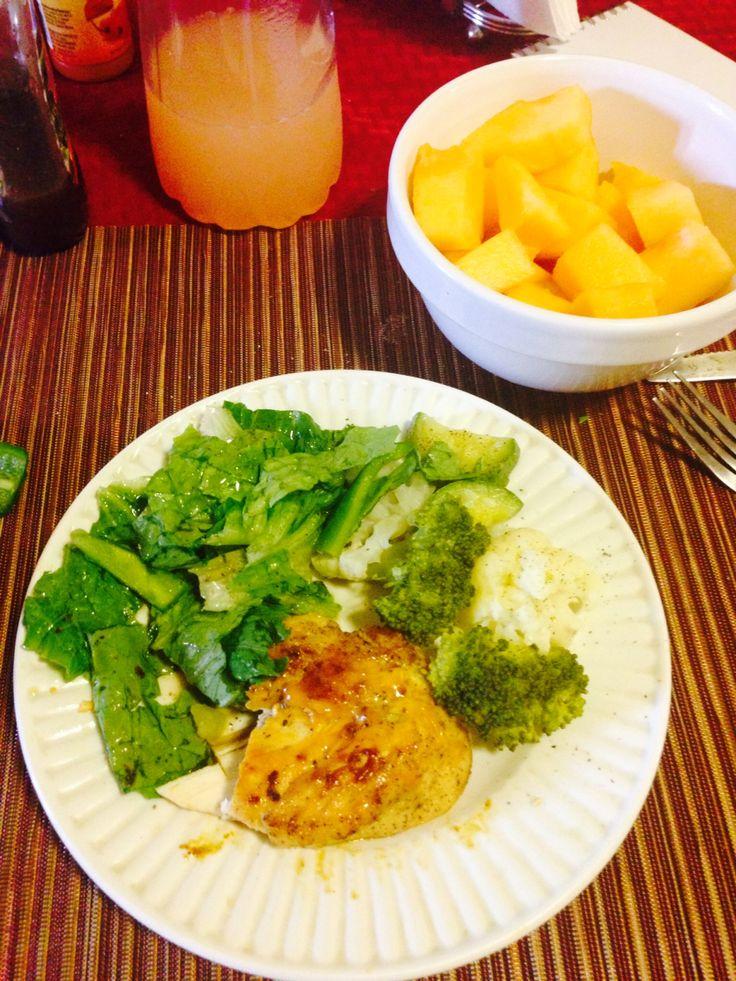Diet day 1 !  Comida : pechuga de pollo al vapor, verduras al vapor, ensalada con morron y una taza de melon