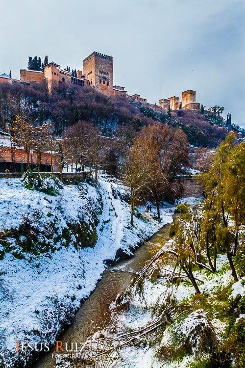La Alhambra de Granada y el Rio Darro Nevado