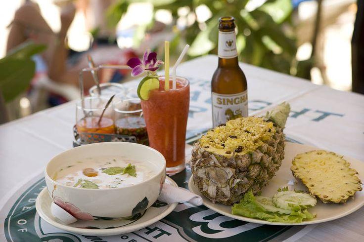Thaimaalainen lounas: Fried rice kanalla, ananaksen sisässä tarjoiltuna. Juomaksi sopii paikallinen olut Singha tai tuore hedelmämehu. #Thaifood #Aurinkomatkat