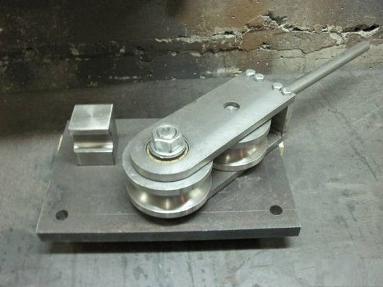 Ручной трубогиб состоящий из двух шкивов, один из которых закреплен неподвижно