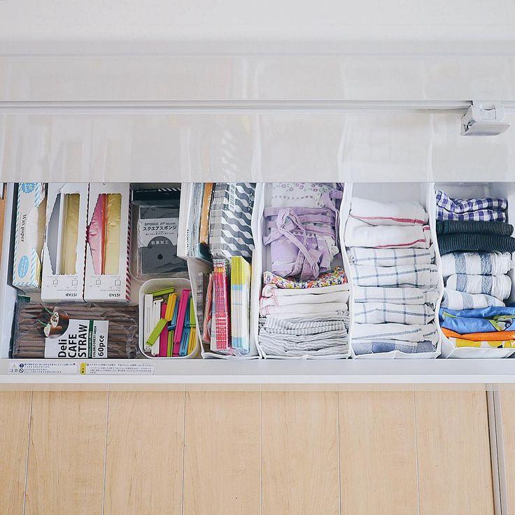 #シンク下収納 * 前回のシンク下picの下の段の引き出しです。 キッチンタオルや布巾、息子の食事エプロン等々、こちらも細々色々収納しています。 * この引き出しでは、無印の収納用仕切りケースがピッタリサイズで大活躍。 (右側のキッチンタオルやペーパーナプキン類を入れてるケースです) 不織布なので、中に入れてる物によって膨らんだりしてますが、ゆる〜く、でもちゃんと仕切ってくれます☺︎ * フリーザーバッグはIKEAの物を愛用。 箱のままで十分取りやすいので、そのまま入れてます。 * #収納 #整理収納 #キッチン収納 #キッチン #kitchen #無印 #無印良品 #muji #暮らし #くらし #日々 #日常 #家事 #シンプルな暮らし #VSCOcam
