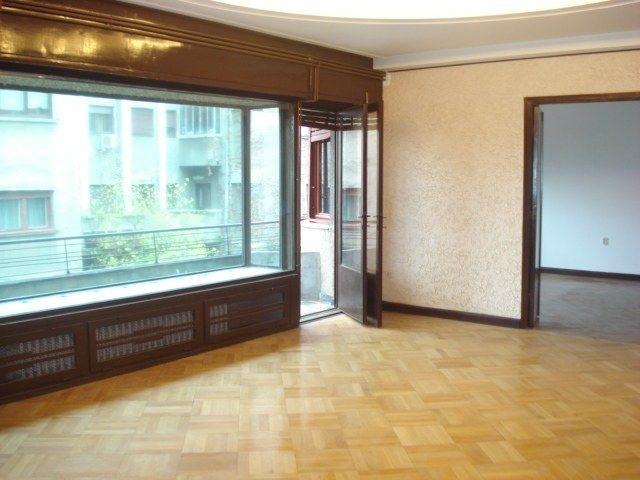 B-dul Dacia – intrare parcul Ion Voicu ( fostul Ioanid), vanzare apartament 4 camere confort 1 semidecomandat, situat la etajul 1/4, suprafata 160mp, 3 terase (dintre care una inchisa) + 1 balcon,...