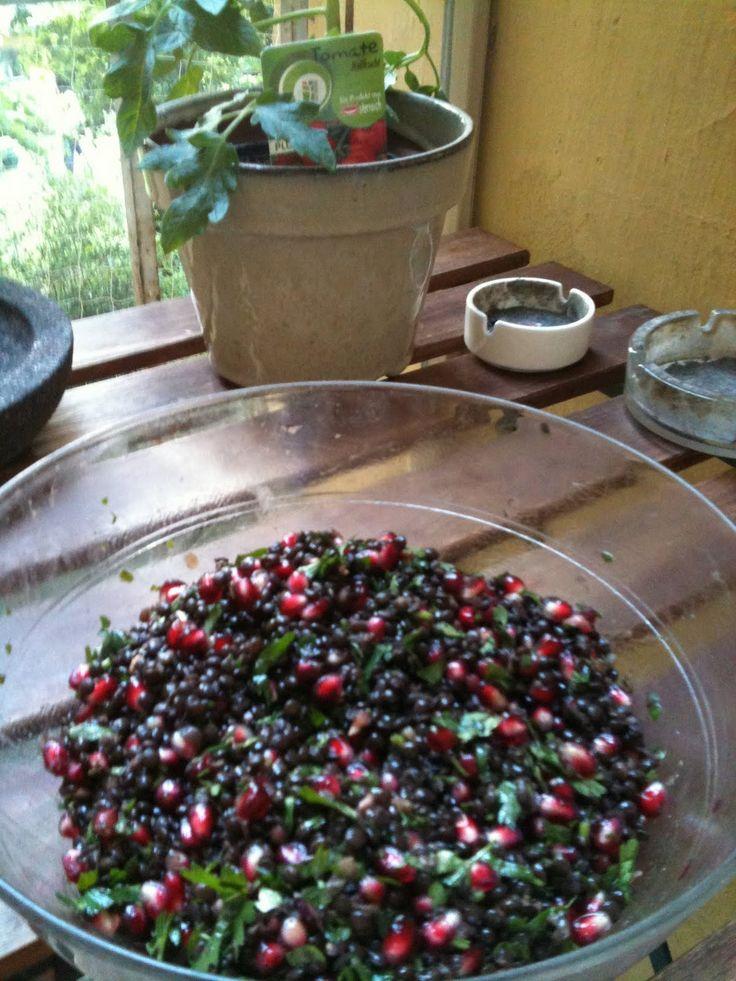 Zutaten für 2 Personen 200g Beluga Linsen 1/2 Bund Petersilie 2 Granatäpfel Öl, Essig Salz, Pfeffer Die Linsen waschen, ca. 30 mi...