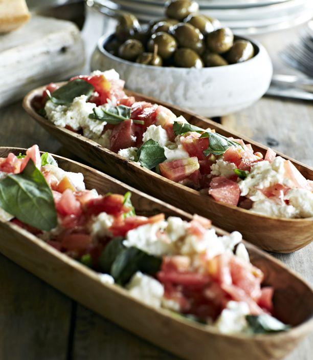 Tomatsalat med mozzarella er en klassiker over sommeren. Her får du en opskrift på tomatsalat med mozzarella, der egner sig perfekt til lækker grillmad.