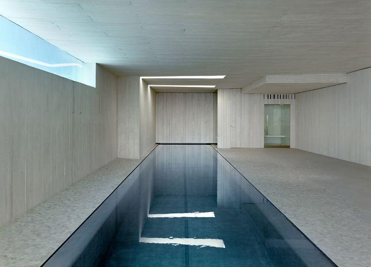 Piscina interior de una villa de diseño