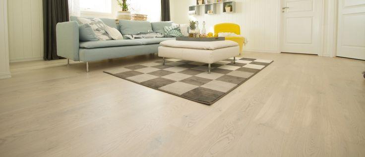 SAGA Exclusive White Oak på golvet och Smartpanel Skugga Äggvit på väggen