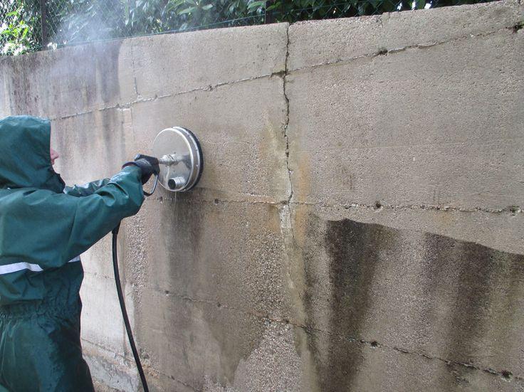 Rimozione graffiti e lavaggio muro, recinzione e arredi.
