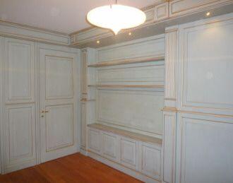 Boiserie in legno laccato con filo oro realizzata per studio professionale