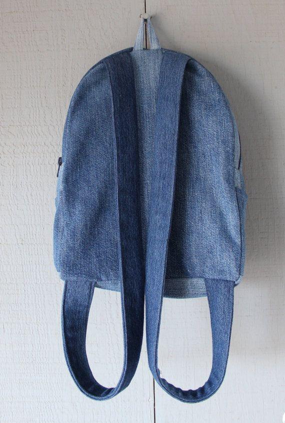 Si tratta di uno zaino a mano fatto da upcycled jeans e rivestiti con un tessuto di cotone fantasia floreale rosa, blu e bianco e accentati con un due tasche interne. Lesterno ha una grande tasca anteriore di velcro, due tasche laterali e chiusura a zip con un ciclo superiore per appendere. Questa borsa è fiancheggiata di interfacciamento in tutta la borsa per la robustezza.  Dimensioni: 10(W) x 12 1/2 (H) x 3 1/2(D) I cinturini sono 27 ogni  Non esitate a contattarmi per ordini…