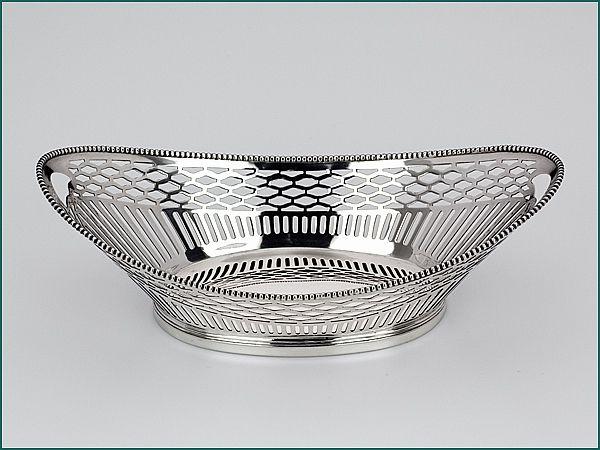 Zilveren bonbonmandje uit 1925 - Hollands langwerpig zilveren bonbonmandje 2e gehalte Lengte 18,1 x 10 x 6 cm Gewicht 104 gram Jaarletter P = 1925 Meesterteken Zilverfabriek Voorschoten