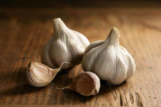 KNOFLOOK Een van de oudste gecultiveerde planten ter wereld is knoflook. Knoflook is rijk aan mangaan, selenium en vitamine C, en het is een grote smaakmaker in allerlei gerechten.