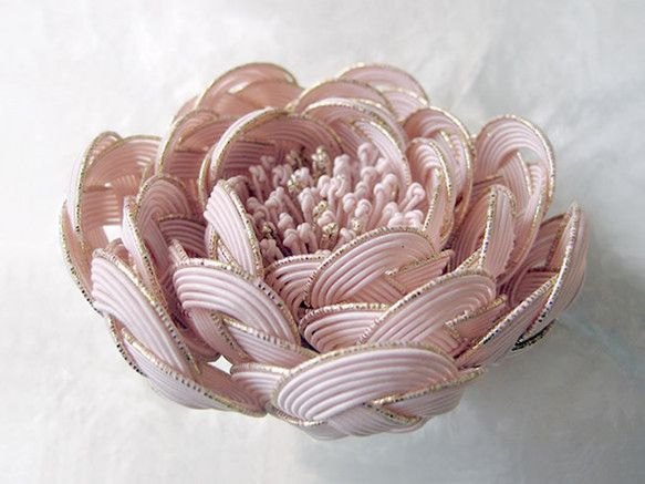 大輪の花の、ボリュームのあるコサージュです。振袖・訪問着・付け下げ・色無地・パーティードレスなど様々なスタイルにお使いいただけます。特に、ボリュームを出すヘア...|ハンドメイド、手作り、手仕事品の通販・販売・購入ならCreema。
