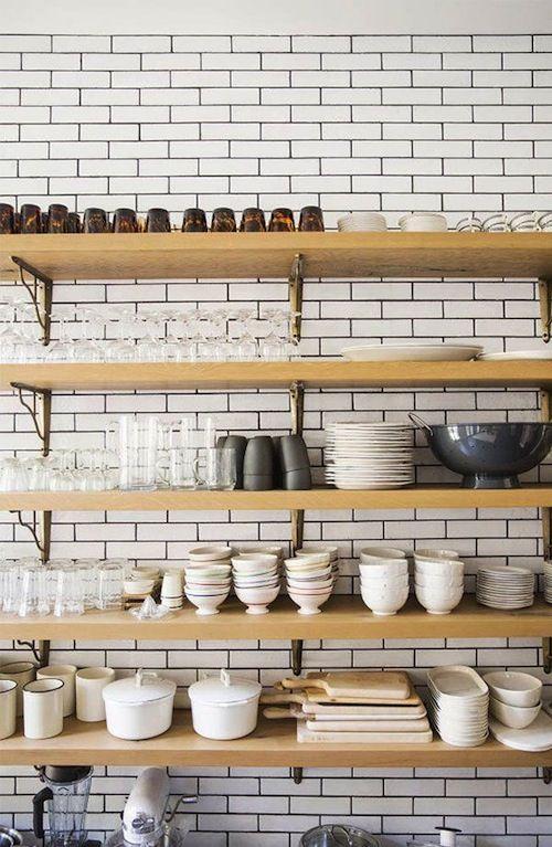 Rangement : beau et pratique | À la mode Montréal Vous n'avez pas assez de rangement dans votre cuisine? Exposez vos beaux verres et votre jolie vaisselle sur des tablettes en bois!