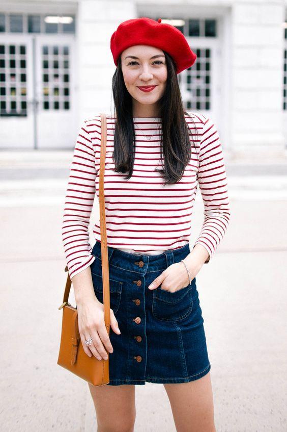 71c4c6952a 7 looks para você usar com boina nesse verão. Blusa de manga listrada  vermelha, saia jeans com botões, boina vermelha