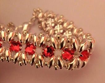 Bracciale realizzato con la tecnica dell'intreccio di perline superduo plated e Chaton Montees Swarovski colore Light Siam.