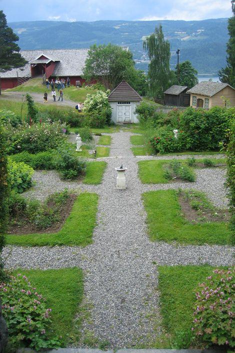 Symmetrien råder i prestegardshagen. Foto: Kåre Hosar/Maihaugen