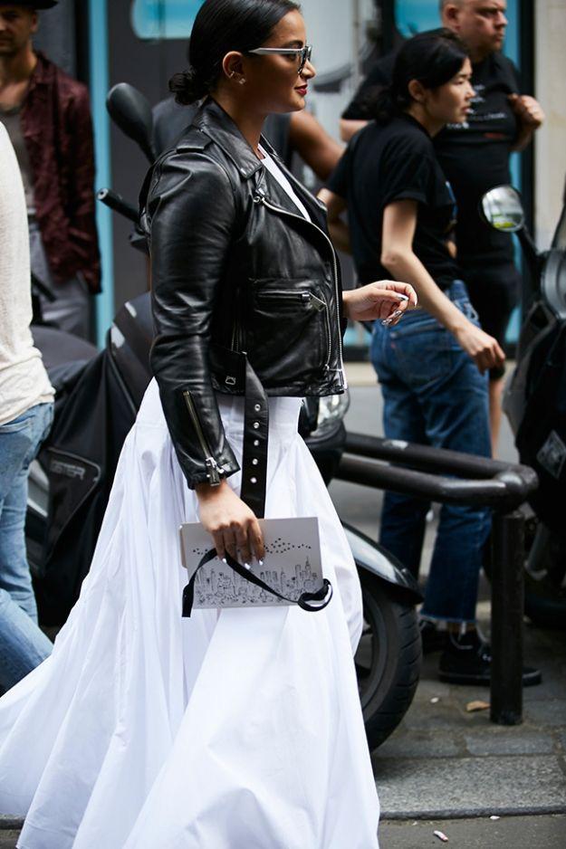 На улицах в последний день показов наблюдалась повышенная концентрация кружев и замысловатых кос, а среди завсегдатаев хроник модных показов в этот раз появилась по-прежнему молодая и свежая Милла Йовович в актуальном расслабленном платье (с