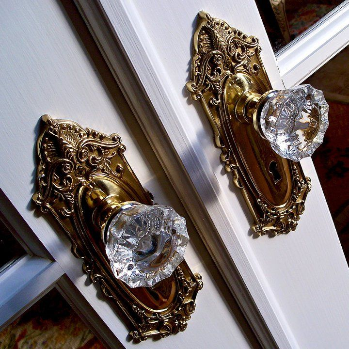 Beautiful glass door knobs. The screams antiquity and sophistication. Drb keep your doorknobs!