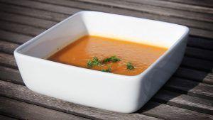 Soep met zoete aardappel, wortel en ui