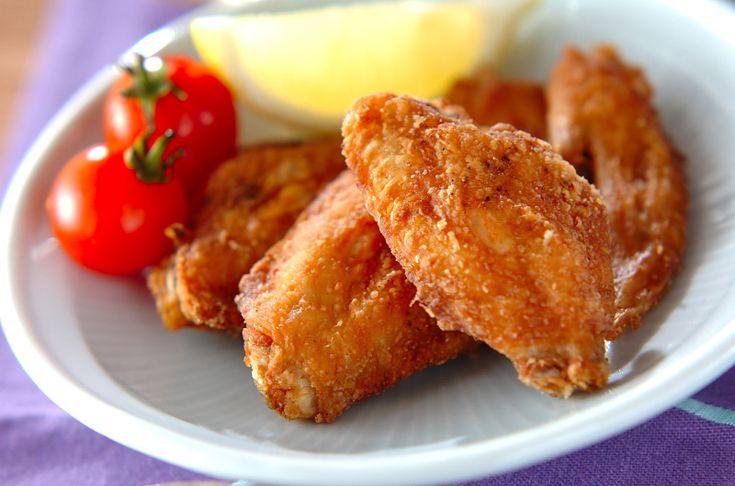 小麦粉をからめた鶏手羽先を、揚げ油でカラッと揚げました。鶏手羽先の唐揚げ[和食/揚げもの]2011.12.26公開のレシピです。