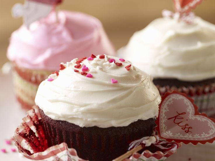 Red Velvet Cupcake - smarter - Zeit: 40 Min. | eatsmarter.de #rezept #rezepte #eatsmarter #cupcakes #muffin #dessert #nachtisch #kuchen #minikuchen #frosting #creme #redvelvet #red #velvet #rot #farbe #valentinstag #valentinsday