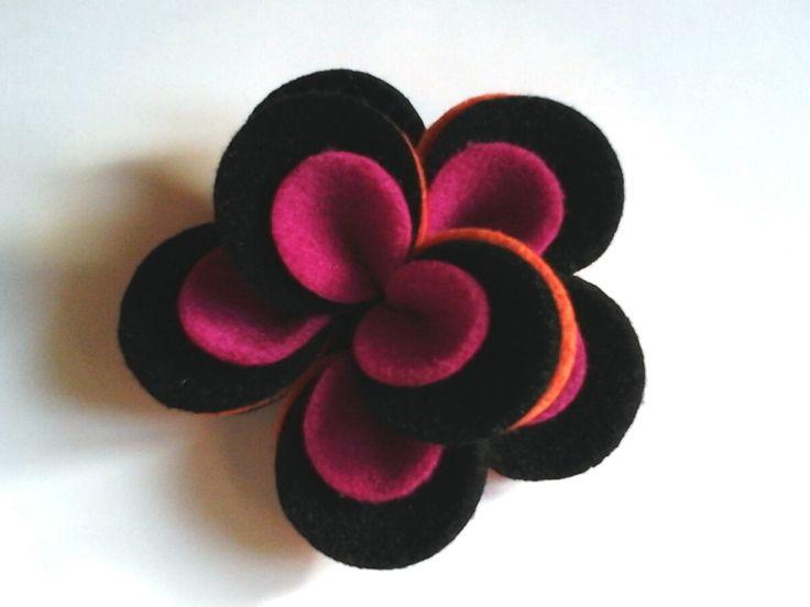 Fiore feltro spilla a mano. Arancio, nero e fuxia. Spilla un fiore di feltro arancione, nero e fuxia. di Chiarasole su Etsy