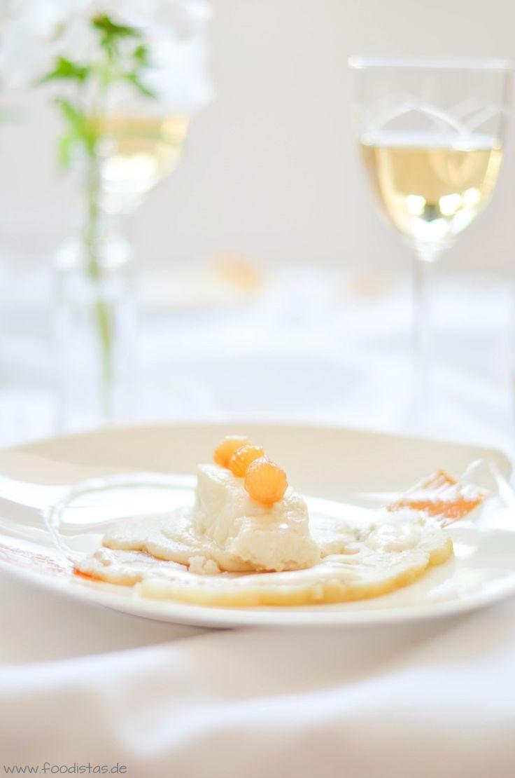 Steinbeißerfilet auf einem weißen Polenta bettet, dazu ein feines Blumenkohl-Carpaccio, einen Silberzwiebellack und ein Portweinschäumchen von den [Foodistas]
