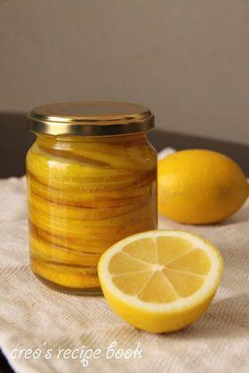 レモンのはちみつ漬け     国産レモンが手に入ったら是非作りたいはちみつ漬け。ドリンクやお菓子など色々に使えます。   材料 (作りやすい分量) 国産レモン 1~2個 はちみつ 適宜  作り方 1 綺麗な瓶にスライスしたレモンを入れる。はちみつをレモンが隠れるまで流しこみ、しっかり蓋をする。 2 冷蔵庫又は冷暗所で3~4週間ほど置きます。開封後は冷蔵庫で保管して1ヶ月を目安に使い切って下さい。 コツ・ポイント レモンはお湯でよく皮を洗って下さい。保存用の瓶は熱湯で煮沸し、自然乾燥させてから使って下さい。はちみつは出来る限り瓶の口ギリギリまで入れて下さいね(空気を入れないように)。