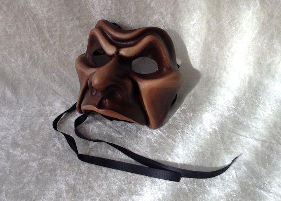 Expressief half masker 'Kwaad' bruine afwerking  door TheaterDidymus