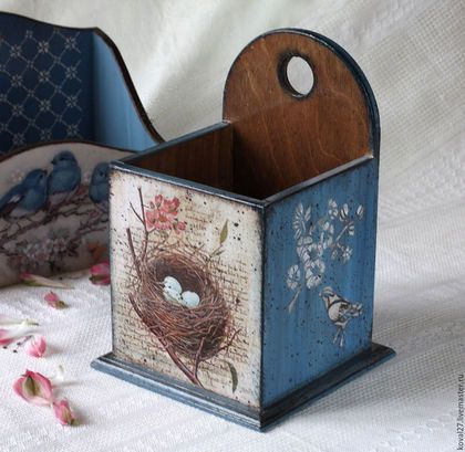 Купить или заказать Короб 'Птичьи трели' в интернет-магазине на Ярмарке Мастеров. Короб 'Птичьи трели' в технике художественный декупаж. Короб для хранения разных мелочей - можно для кухни, на дамский столик, на любую полочку и для любых предметов - косметики, чайных коробочек, записных книжек и всего-всего, что придумается - удобная коробочка и украшение интерьера. Коробочек делала с удовольствием - много декоративных украшений - рельефные узоры по бокам, состаренные…
