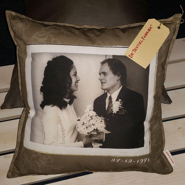 Foto's uit de oude doos als decor voor een uniek sierkussen als huwelijkscadeau. Op maat gemaakt sierkussen voor het interieur.  #opmaatgemaakt #home #homedeco #sierkussen #huwelijk #cadeau