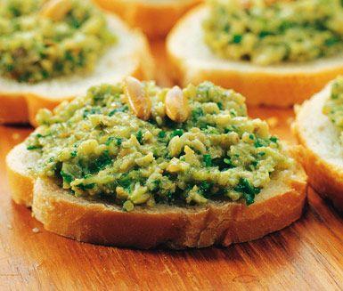 För nötallergiker så är pumpapesto ett strålande alternativ! Blanda pumpakärnor, vitlök, salladslök, koriander, citronjuice, olja och parmesan. Servera peston tillsammans med bröd eller pasta. Enkelt och gott!