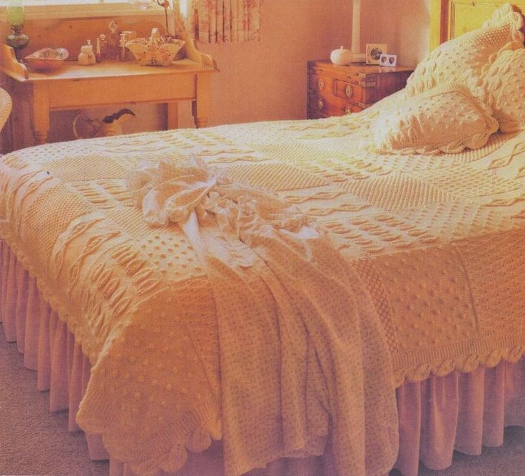 HEIRLOOM ARAN BEDSPREAD & CUSHIONS KNITTED IN SQUARES LEAF EDGE KNITTING PATTERN