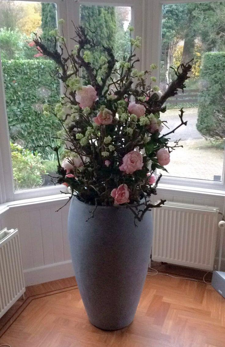 Decoratietakken en zijde bloemen. Decoratiestyling