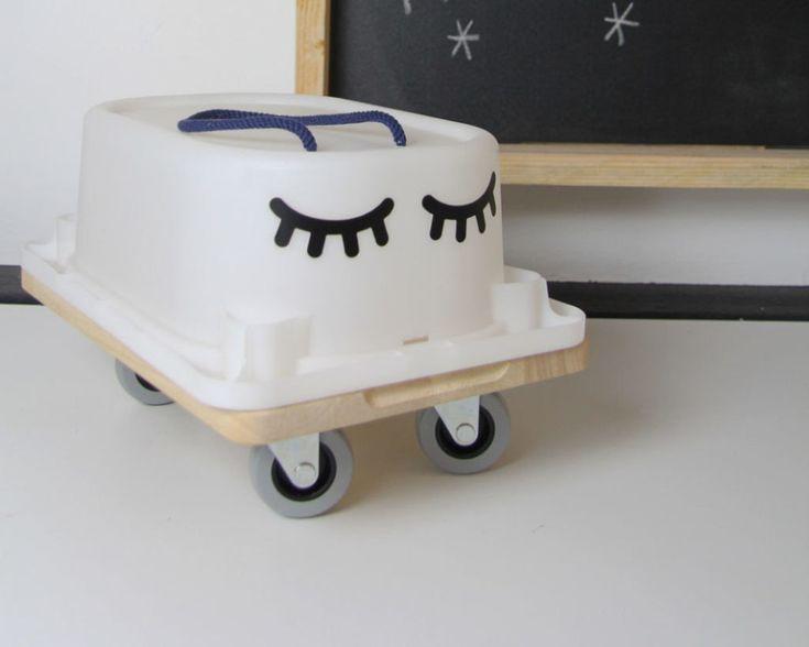 Bobbycar? Geht auch als DIY! Bau deinem Kind aus der TROFAST Box, einem Schneidebrett und Rollen ein großartiges Rutsch-Auto!