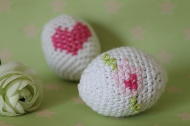 Crocheted Easter eggs with embroidery. Tutorial in Danish by En kreativ verden.