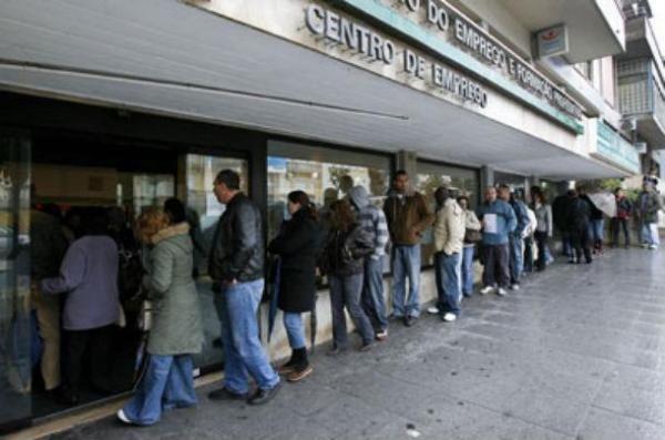 Governo cobra retroativamente cortes nos subsídios de desemprego - Ironia d'Estado