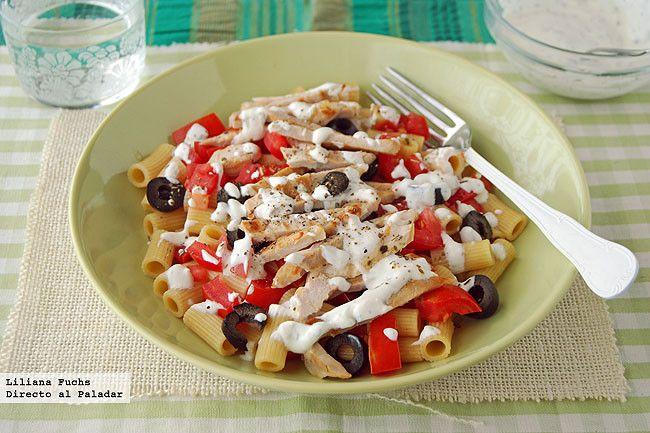 Ensalada de pasta integral de inspiración griega con pavo