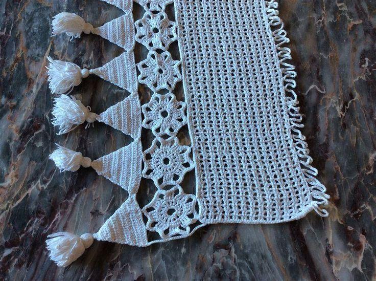 Hand virka gardin kappa med tofsar vit ca 90 cm lång bred ca 34 cm