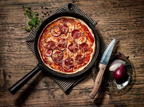 Jotta juusto ruskistuu, kannattaa pizza käyttää uunivastusten alla.