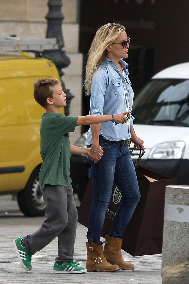 Kate Hudson: Jean Outfit + Tan Ankle Boot