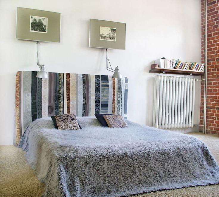 Wezgłowie łóżka to materac w pokrowcu zrobionym z resztek tkanin pozszywanych w pionowe pasy. Materac można wykorzystać jako dodatkowe łóżko w przypadku gości :-)