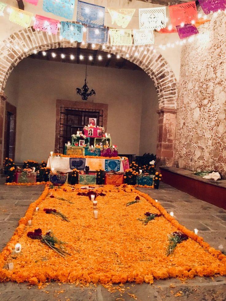 """Bunte Straßendekorationen, Zuckerfiguren, fröhliche Musik und ein Picknick mit der ganzen Familie auf dem Friedhof – so ausgelassen feiern Mexikaner verstorbene Familienmitglieder am """"Dia de los Muertos"""" (Tag der Toten). Die lateinamerikanische Ehrung der Toten steht im absoluten Kontrast zur europäischen"""