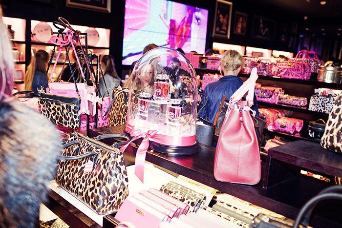 Väskor i nya Victoria´s secrets-butiken i Stockholm.
