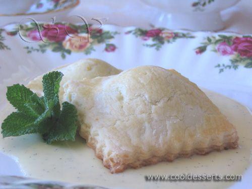 Печенье - равиоли с ванильным заварным кремом (swееt Ravioli with Vanilla Creme Anglaise) Тесто:  227 г сл. масла (или маргарина), комнатной температуры 3/4 ст. сахара 1 яйцо 2 желтка цедра 1 лимона 2,5 - 3 ст. муки 1/2 ч.л. соли  1 яйцо для смазывания  Начинка:  1/2 ст. нарезанного сухого инжира 1/4 ст. сушёной клюквы 1/2 ст. грецких орехов сок 1 лимона  Ванильный соус:  1 ст. 10% сливок 2 ст.л. сахара 1 стручок ванили (или 1 ч.л. натуральной ванильной эссенции) 4 желтка
