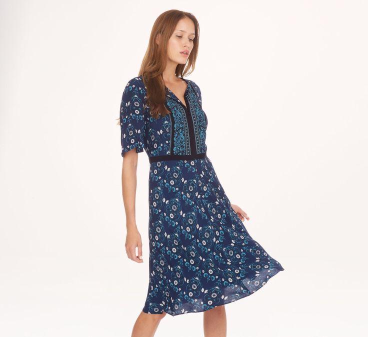 Légère et confortable, cette robe à manches courtes s'offre un imprimé à gros motifs cachemire allover. Ajustée à la taille, cette robe sous le genou met en valeur la silhouette. Sa jupe fluide est évasée, pour un confort absolu. Longueur : 98 cm.