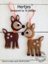 Hertjes is een compleet viltpakket Twee lieve Hertjes in Retro Look. Uitgevoerd in twee tinten bruin vilt.   Praktische Informatie: Het zelfmaakpakket bevat het benodigde wolvilt, satijnlint knoopjes, patronen en duidelijke beschrijving voor het maken van de 2 Hertjes. De maat van het Hertje is circa 14 cm hoog.    http://www.bijviltenzo.nl/a-26663584/jit-design-atelier-sterre/pakket-j-hertjes-van-jit-design/