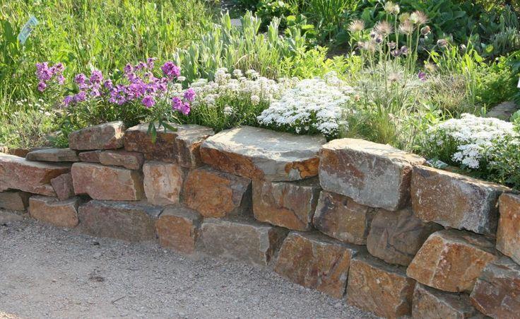 Sedimentgesteine wie Grauwacke, Kalk- oder Sandstein sind wegen ihrer geraden Bruchkanten gut für den Bau einer Trockenmauer geeignet