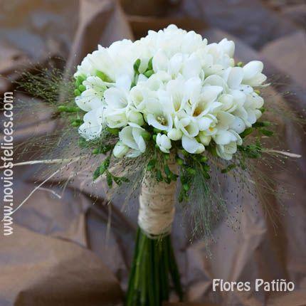 Ramo de novia sencillo con fresias blancas