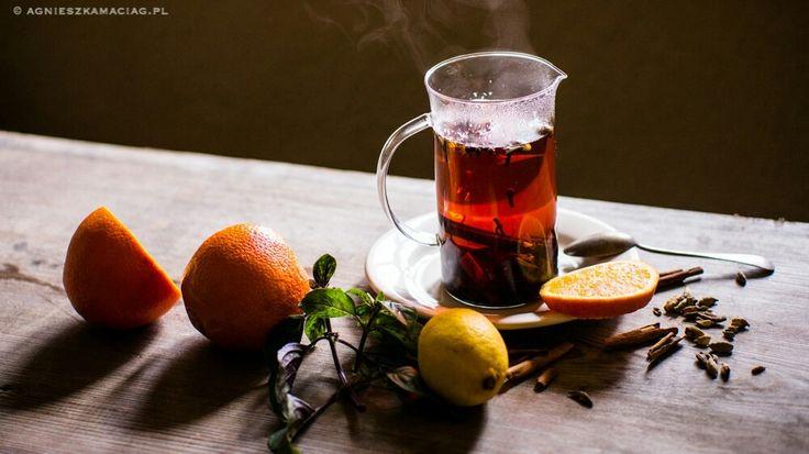 Zimowa herbata z pomarańczą, cynamonem i imbirem jest pyszna, aromatyczna i wspaniale rozgrzewa. Uwielbiam ją zimą podobnie jak moi goście.